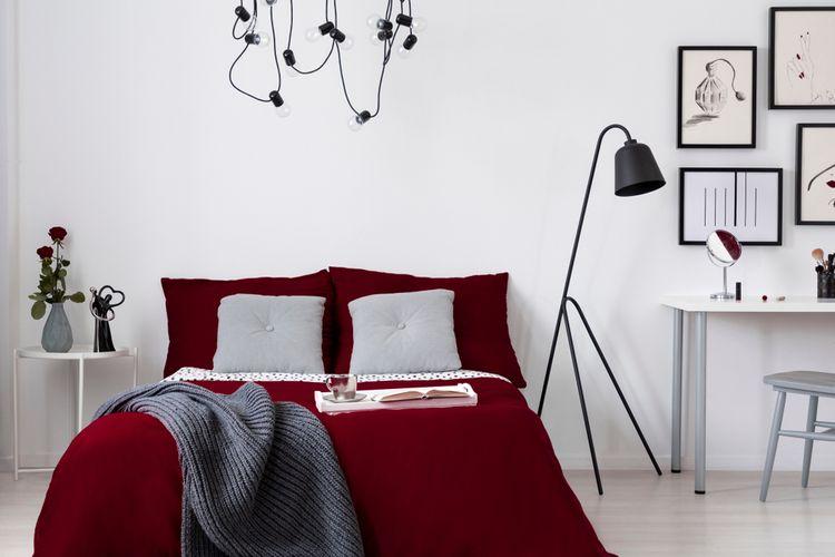Biela spálňa s posteľou burgundskej farby