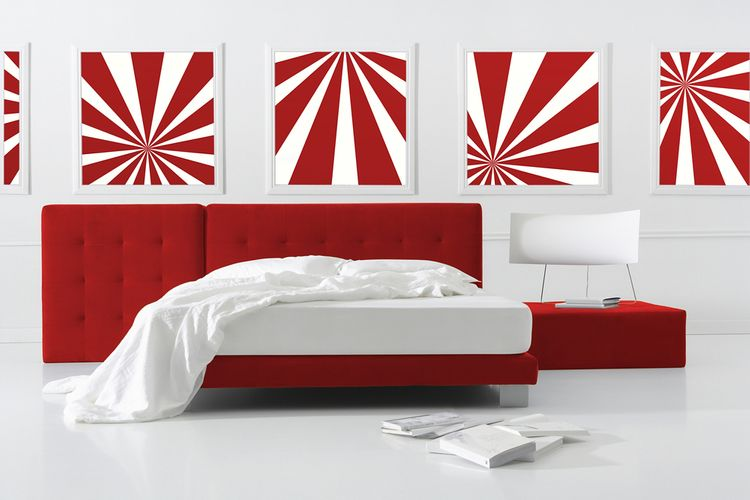 Spálňa s červeno-bielymi obrazmi a červeným záhlavím