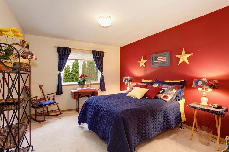 Modro-červená spálňa s modrými závesmi