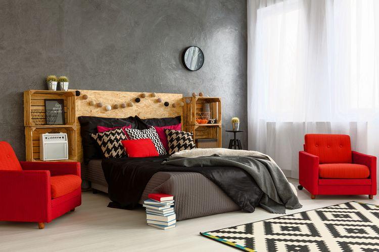 Spálňa s červenými detailmi, kreslami a vankúšmi