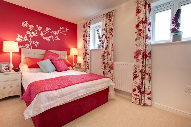 Bielo-červená spálňa so závesmi s červenými kvetmi