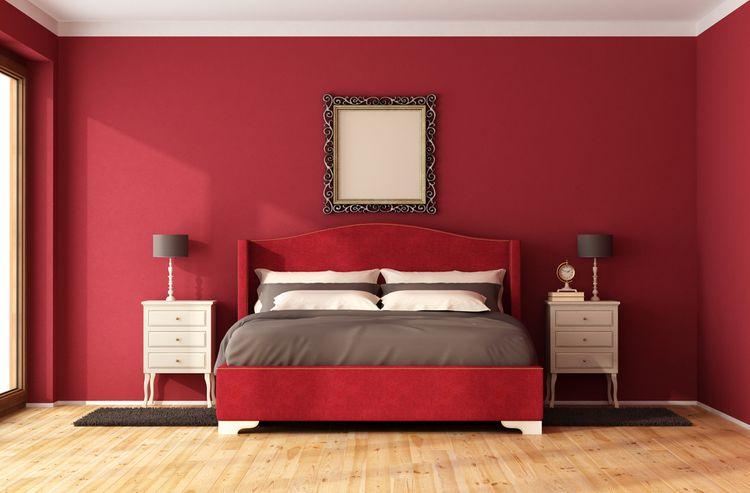 Červená spálňa - s červenou stenou a posteľou so sivými doplnkami