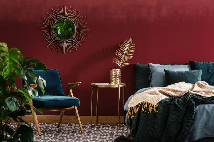 Spálňa s tmavočervenou stenou