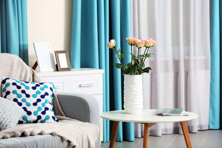 Biela obývačka s tyrkysovými závesmi