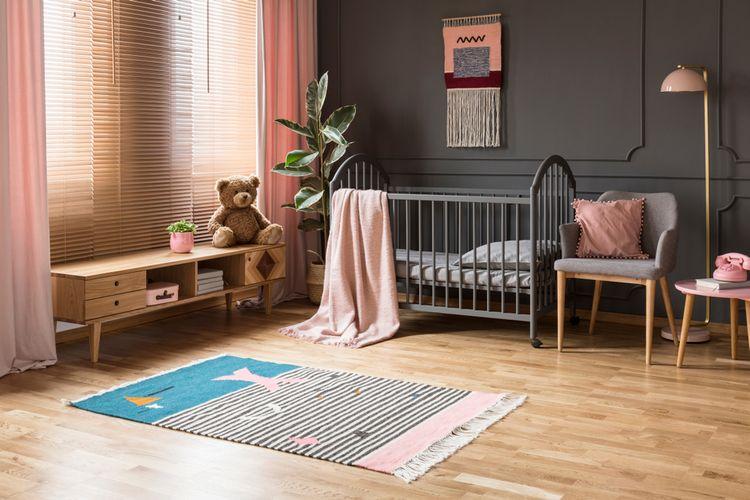 Sivá detská izba s ružovými závesmi