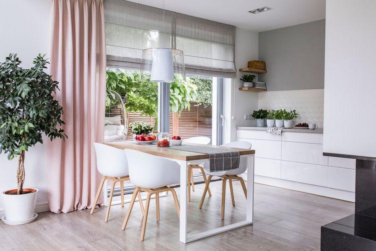 Ružové závesy v kuchyni