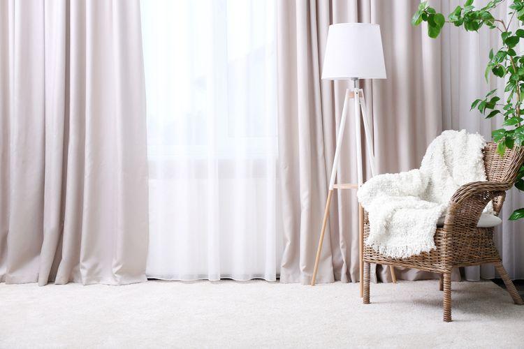 Obývačka s ľahkými ružovými závesmi