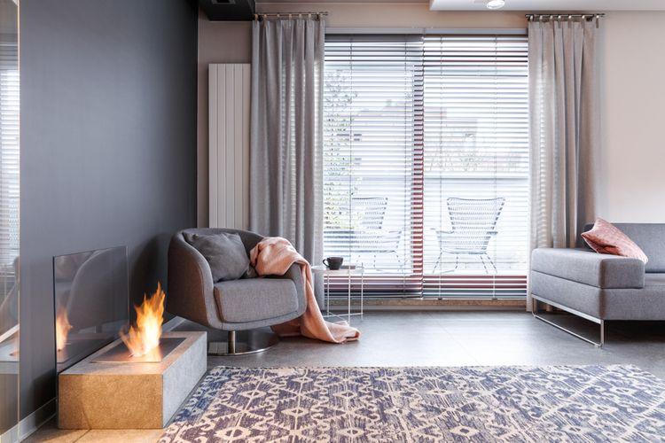 Sivá obývačka so sivými závesmi