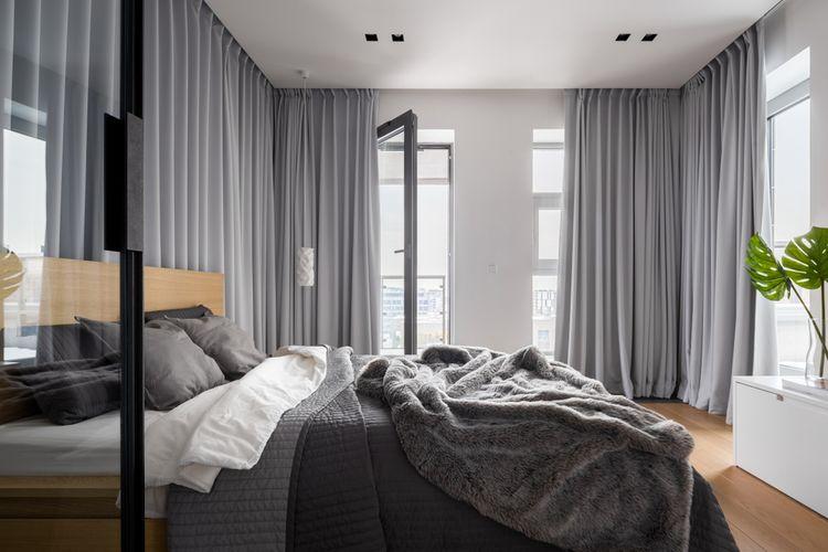 Sivá spálňa so sivými závesmi