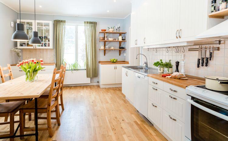 Retro kuchyňa so zelenými závesmi