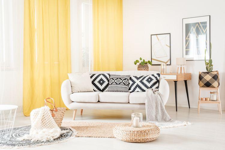 Biela obývačka so žltými závesmi