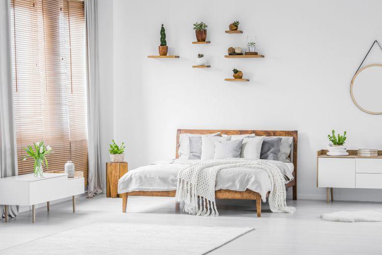 Biela spálňa kombinovaná s drevenými detailmi