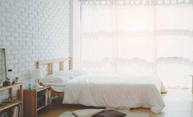 Biela spálňa s drevenými detailmi