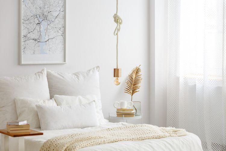 Biela spálňa s krémovými a zlatými detailmi