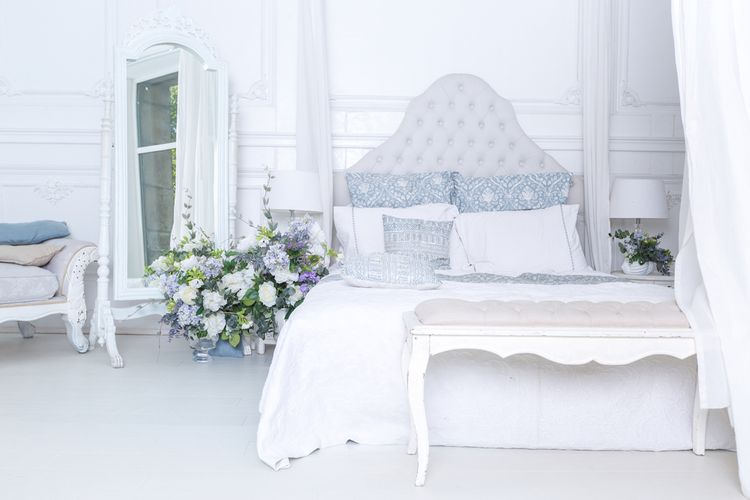 Spálňa s bielou posteľou a modrými detailmi