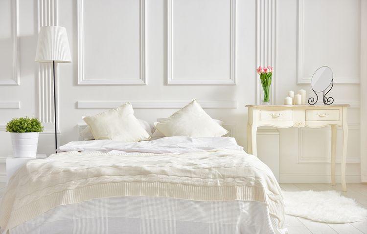Spálňa s bielou posteľou a stenami