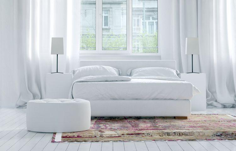 Luxusná biela spálňa s farebným kobercom