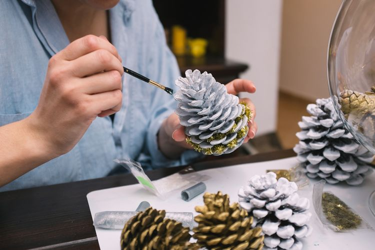 Maľované borovicové šišky na Vianoce