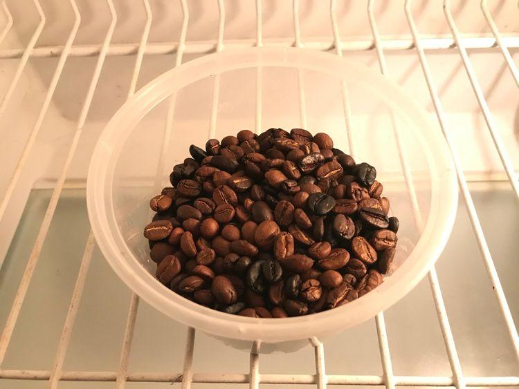 Kávové zrná alebo usadenina na neutralizáciu pachov v chladničke