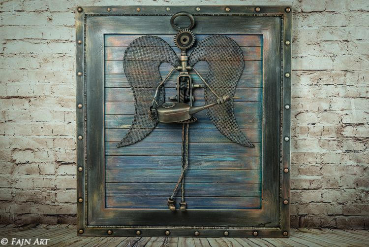 Železný anjel s lutnou na drevenom podklade