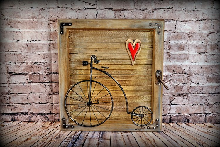 Bicykel v drevenej okenici