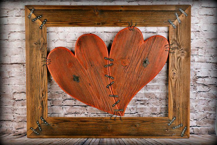 Červené drevené srdcia v drevenom ráme