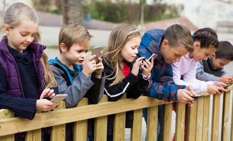 94c3c4d58 Ako vybrať mobil pre deti? Detský dotykový mobil podľa veku ...