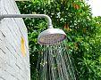 Záhradná sprcha – solárna prenosná alebo murovaná? Montáž, cena, skúsenosti