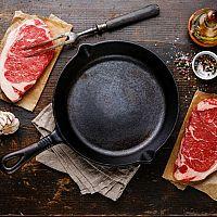 Liatinová panvica nielen na steaky: Vyberte si podľa recenzie