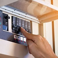 Prepäťová ochrana do rozvádzača, zásuvky aj predlžovačky - Ako to funguje?