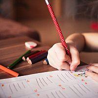 Ako vybrať najlepší písací stôl pre dieťa? Výškovo nastaviteľné sú v kurze