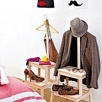 Nemý sluha - drevený alebo chrómový vešiak na šaty