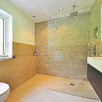 Sprchové zásteny alebo sprchové dvojkrídlové zalamovacie dvere?