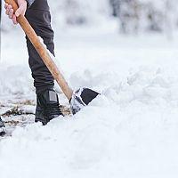 Zimná údržba a odpratávanie snehu z chodníkov pred bytovkou a domom