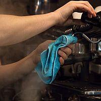 Údržba pákových a automatických kávovarov. Dôležité je nielen čistenie, ale aj odvápňovanie