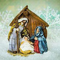 Vianočný betlehem ako symbol Vianoc. Populárne sú vyrezávané drevené aj betlehemy s osvetlením