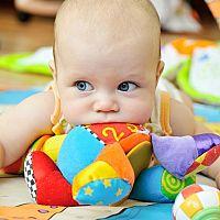Najlepšie hračky pre bábätká a deti do 1 roka? Zvukové hračky a kolotoče nad postieľku tešia aj najmenších!