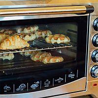 Mini rúru na pečenie kúpite aj s dvojplatničkou a mikrovlnkou. Recenzie odporúčajú značky Tefal aj Orava