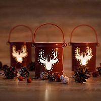 Vianočné svietniky sa hodia na stoly aj do okna. Veľmi obľúbené sú aj LED svietniky