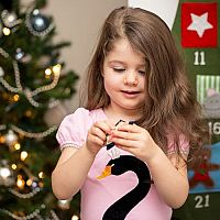 Adventný kalendár pre deti nielen so skladkosťami! Populárny je drevený, so šperkami či s kozmetikou.