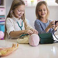 Akú kúpiť bábiku pre 2- či 3-ročné dievčatko? Látkovú, Barbie či Zapf Baby born?