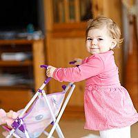 Aj lacný kočík pre bábiky môže byť kvalitný. Obľúbené sú retro aj prútené kočíky