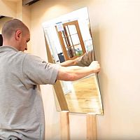Ako nalepiť zrkadlo na stenu?
