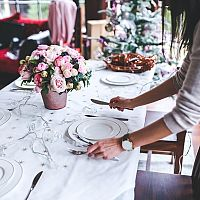 Ako ozdobiť štedrovečerný stôl? Stavte na jednoduchosť a prírodné detaily