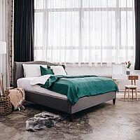 Bonami sivá posteľ so zeleným prehozom