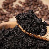 Ako využiť kávovú usadeninu? Na celulitídu, kvety, vlasy, vrásky aj v záhrade