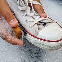 Ako vybieliť látkové tenisky azažltnutú gumu