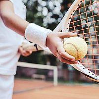 Aké vybavenie na tenis? Rakety, tričká, obuv, kraťasy a doplnky