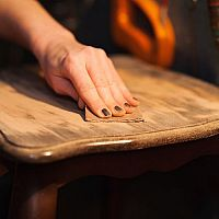 Ako svojpomocne zrenovovať starý nábytok? Pomôže aj kvalitný včelí vosk