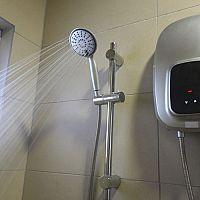 Bojler alebo prietokový ohrievač vody? Priamy ohrev vody v kupeľni